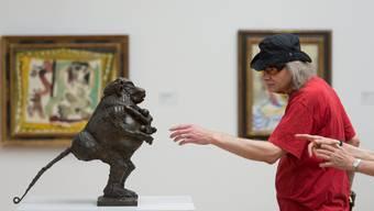 Blinde werden durchs Kunstmuseum geführt