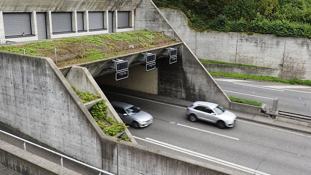 Nachdem ein Mann im Gubristtunnel aus einem fahrenden Auto gestürzt ist, hat die Polizei zwei mutmassliche Fahrzeuginsassen festgenommen. (Symbolbild)