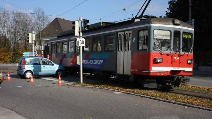 Bei diesem Unfall entsteht am «Bipperlisi» leichter Lackschaden und am Kleinwagen der Lenkerin Blechschaden von ungefähr 2500 Franken. Laut Kantonspolizei habe die Autofahrerin wegen der Sonneneinstrahlung den herannahenden Zug zu spät bemerkt.