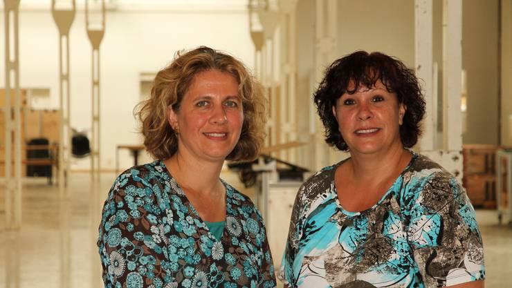 Frau Blindenbacher von Sigtech (links) mit Gaby Wittwer, der einzigen Müheler Mitarbeiterin, in einer ehemaligen Webereihalle.