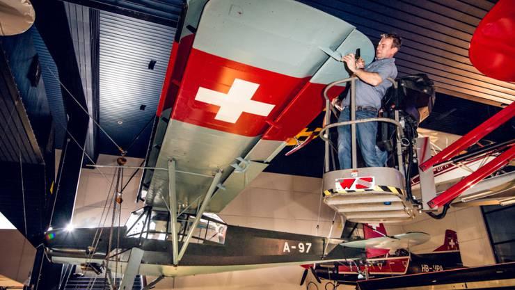 Das legendäre Rettungsflugzeug Fieseler Storch wird aus der Halle Luftfahrt des Verkehrshauses der Schweiz abgehängt, damit es wieder flugfähig gemacht werden kann.
