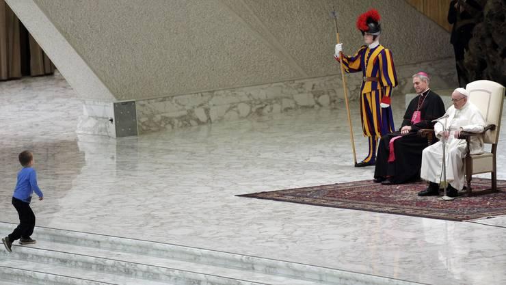 Hoppla, denkt der Papst, wer kommt den da auf die Bühne?