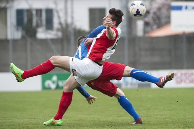 Solothurns Loris Lüthi (vorne) im Kampf um den Ball gegen Michael Keller.