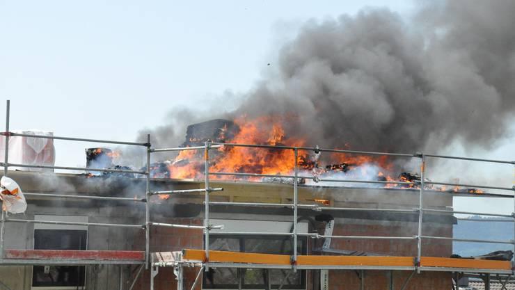 Es wurde gerade am Dach gearbeitet, als dieses Feuer fing.