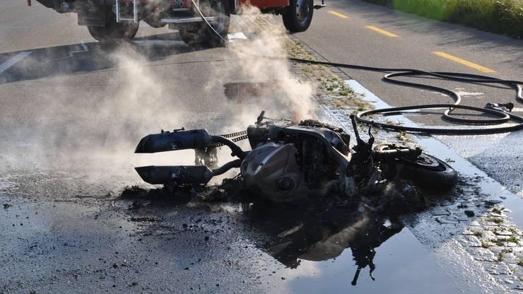 Er stürzte, das Motorrad fing Feuer.