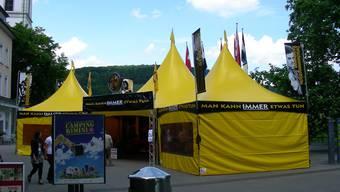 Zwischen Abfalleimer (Vordergrund) und reformierter Kirche steht das Scientologen-Zelt.  Dieter Minder