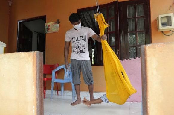 Sieht sich als Sündenbock der sri-lankischen Regierung: Dinesh mit einem seiner beiden Kinder bei sich Zuhause.