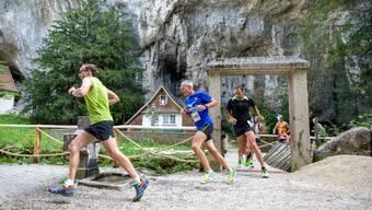 Die Läuferinnen und Läufer – insgesamt 491 waren am Weissensteinlauf am Start – passieren die Verenaschlucht.