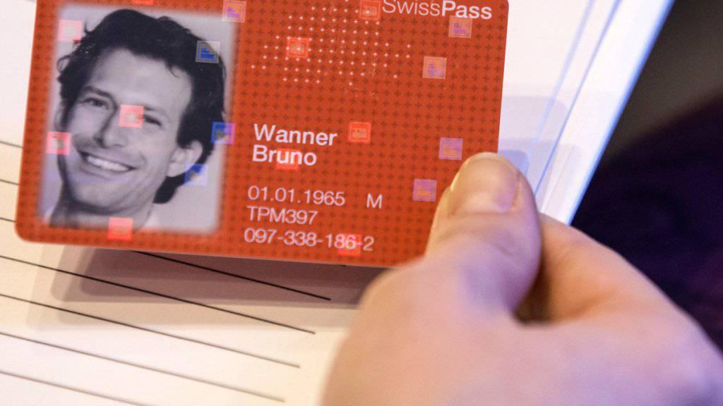 Für die Allianz der Konsumentenschutz-Organisationen ist der SwissPass ein unausgereiftes Projekt, das für grosse Verärgerung sorgt. (Archivbild)