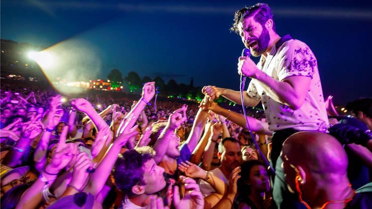 Seine gedankenanregenden Songs sind eine Seltenheit im Pop-Business: Foals-Frontmann Yannis Philippakis, hier am Paleo Festival 2017.