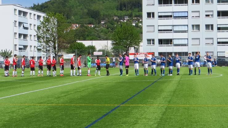 FC Liestal (rot) FC Frenkendorf (blau)  Man begrüsst sich gegenseitig.