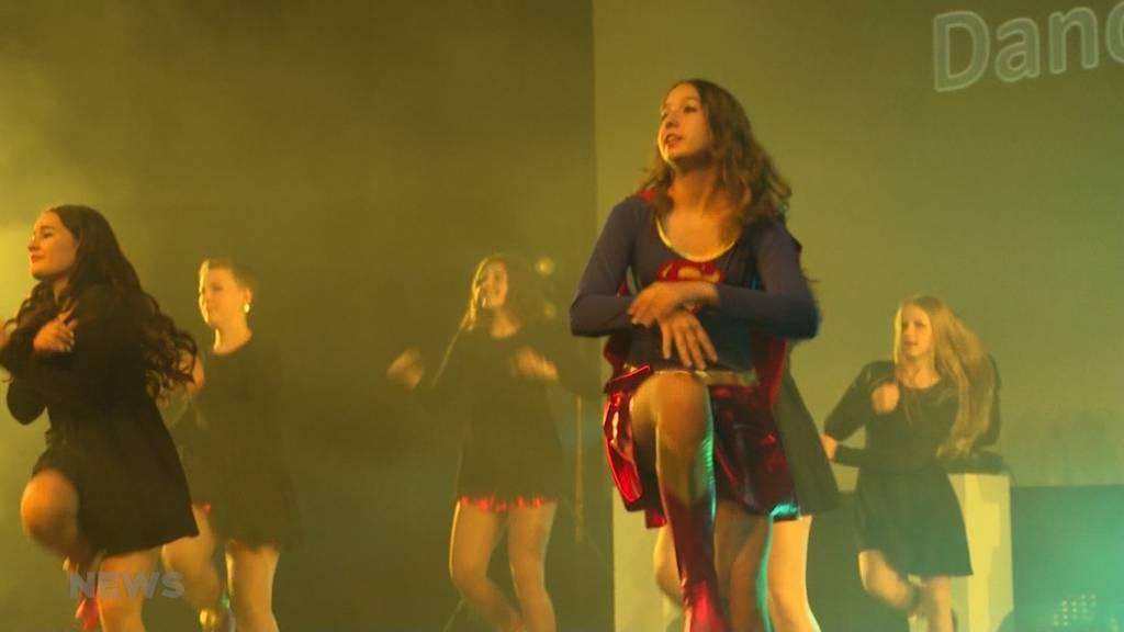200 tanzbegeisterete Jugendliche rocken die Bühne: