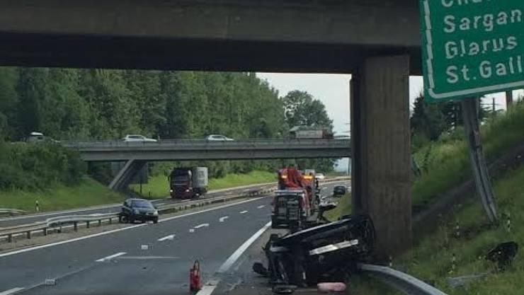 Ein Verkehrsunfall auf der Autobahn A3 Richtung Chur hat am Montagmorgen bei Lachen SZ acht Verletzte gefordert.
