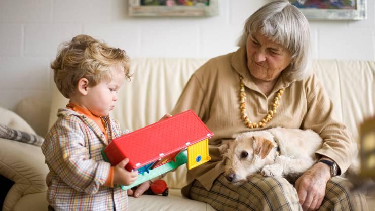 Auch die Betreuung und das Besuchsrecht des Enkelkindes durch die Grossmutter kann vom Familiengericht beurteilt werden (Symbolbild).