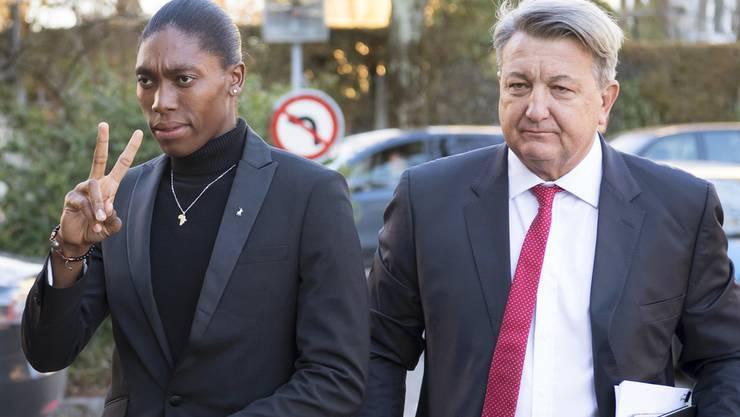 Olympiasiegerin Caster Semenya zusammen mit ihrem Anwalt Gregory Nott am ersten Tag der Anhörung vor dem CAS in Lausanne.