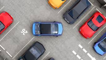 Zweimal kollidierte der Autofahrer beim Herausfahren eines Parkfeldes mit einem anderen Auto. Dann machte er sich aus dem Staub. (Symbolbild)