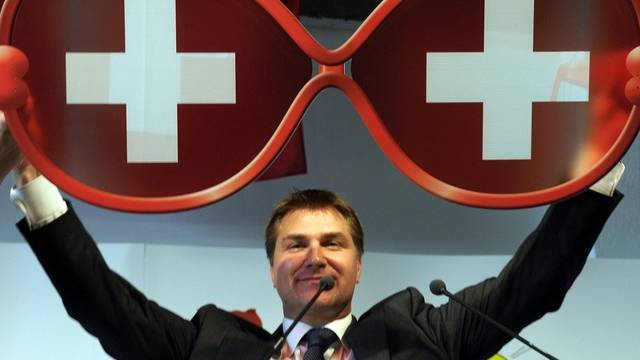 Geschenk für Bundesrätin Calmy-Rey: eine Brille mit Schweizer Sicht. Im Bild SVP-Präsident Brunner