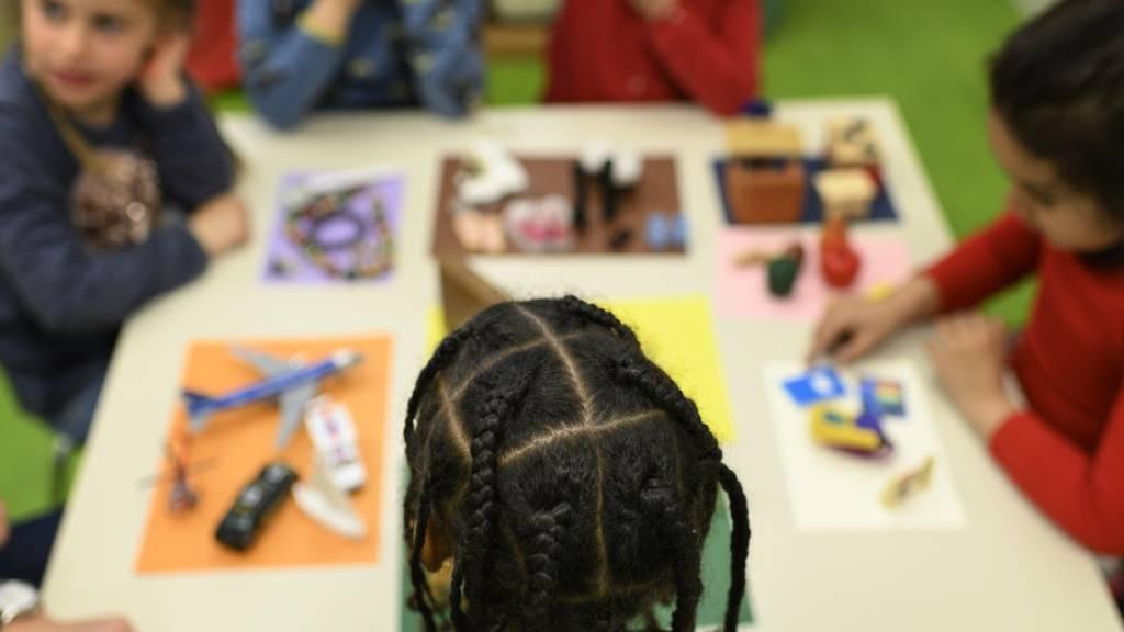 Ein Kindergartenkind muss emotionale, soziale und motorische Fähigkeiten gleichermassen entwickeln, um später einmal gute kognitive und akademische Leistungen zu erbringen. Das hat eine Studie der Universität Genf ergeben. Musische Talente wurden in die Untersuchung nicht einbezogen (Symbolbild)
