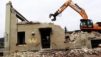 Das alte Schulhaus und die Beiz liegen in Trümmern und weichen Rheinfels-Park