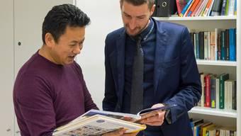 Der Tibeter Sonam (l.) lernt mit Fabian Marbet während zweier Stunden pro Woche Deutsch.