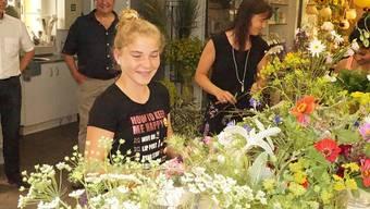 Eine Sek-E-Schülerin erhielt in der Vebo-Gärtnerei in Matzendorf Einblicke in den Beruf der Floristin.