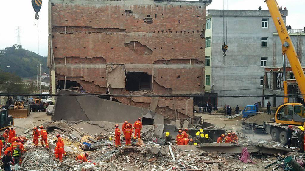 Eine 63-jährige Frau wurde mehr als 14 Stunden nach dem Zusammensturz lebend aus dem fünfstöckigen Gebäude bei der Stadt Wenzhou geborgen.