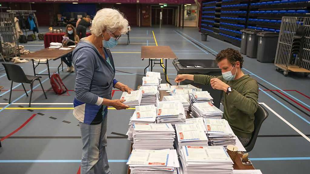Zwei Personen sortieren in Nijmegen Wahlscheine.