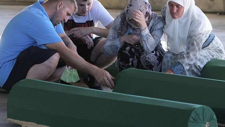 Vor 25 Jahren wurden in Srebrenica mehr als 8300 bosniakische Knaben und Männer ermordet. Neun von ihnen konnten erst kürzlich identifiziert werden. Sie wurden am Samstag beigesetzt.