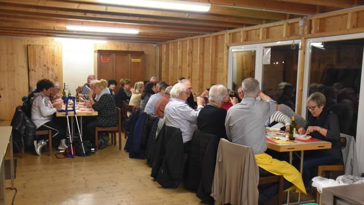 Gemütliche Stimmung beim Raclette Abend des Quartiervereins Fahrweid, im Pavillon beim Quartierzentrum Föhrewäldli
