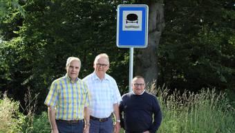 Vlnr: Der Präsident der Bürgergemeinde, Franz Aeby, Peter Sury, ehemaliger Projektleiter und André Hess, Gemeindeverwalter, vor einem der beiden Warnsignale für die Schutzwasserzone «Brüggmoos».