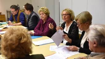 Die Arbeitsgruppe mit den Leitenden Gregor Ettlin (ganz links) und Elke Hofheinz (Vierte von links) während Beratungen.