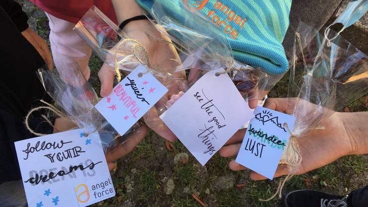handgemachte Seifen und Karten bereit zum Verschenken