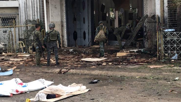 Durch zwei Explosionen in und ausserhalb einer katholischen Kirche im Süden der Philippinen sind am Sonntag während eines Gottesdiensts mindestens 21 Menschen getötet worden.