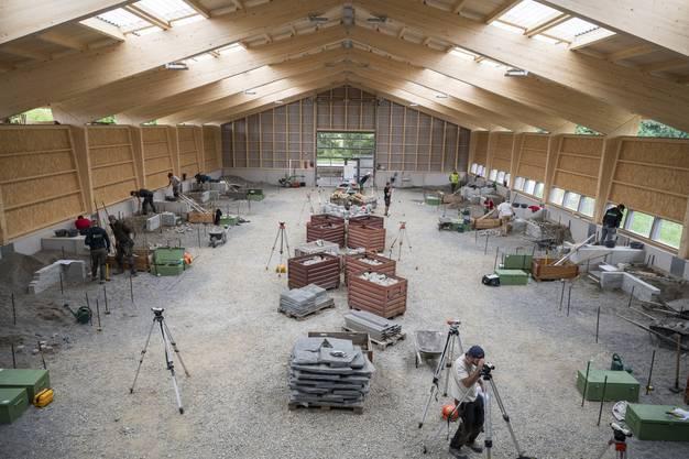 Blick in die neue Halle mit den 18 Arbeitsplätzen für die Lernenden.