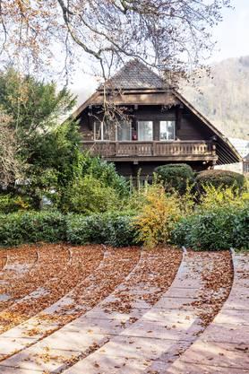 Wo jetzt noch dichte Hecken und Knallerben-Sträucher stehen, soll sich das Gärtnerhaus irgendwann in Richtung Kurpark öffnen. Hier könnte eine Café-Terrasse entstehen.