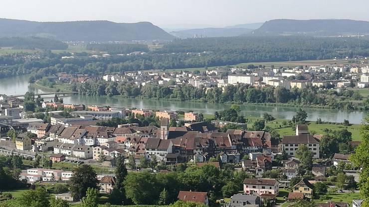 Blick vom Hönger auf das Städtchen Klingnau mit dem Schloss. Im Hintergrund die Naturoase Klingnauer Stausee.