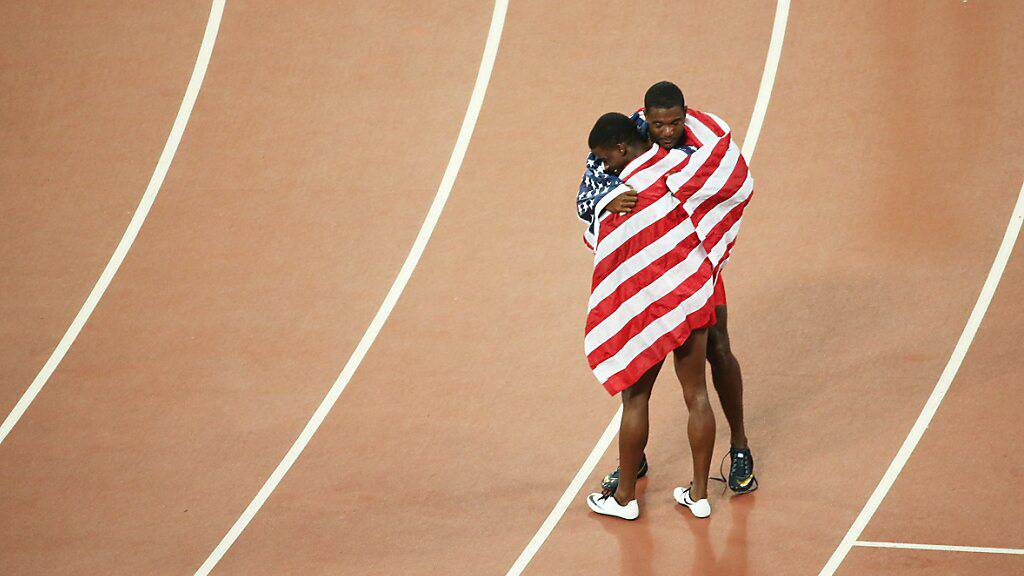 Bronze-Mann Trayvon Bromell (vorne) hüllt sich an den Weltmeisterschaften in Peking 2015  mit Silber-Gewinner Justin Gatlin in die US-Flagge ein.