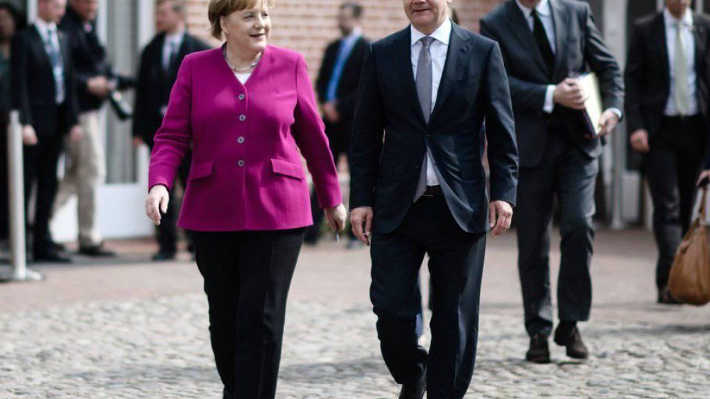 Bundeskanzlerin Angela Merkel und Vizekanzler Olaf Scholz (nach der Medienkonferenz am Mittwoch auf Schloss Meseberg.