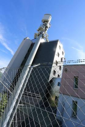 Die Insassen sind in Untersuchungshaft, sitzen eine kurze Strafe ab oder warten auf einen Platz im Vollzug. Es ist eine Abteilung für die Jugendhaft vorhanden. Derzeit sind 31 Plätze belegt.