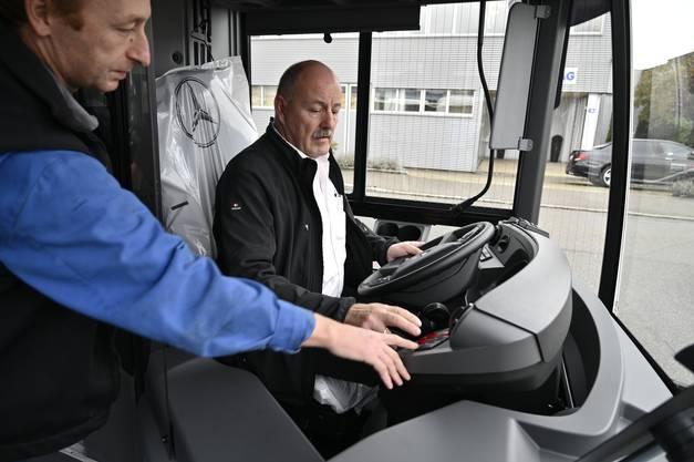 Hans-Rudolf Zumstein, BGU-Chef auf der ersten Probefahrt zusammen mit einem Mechaniker der BSU, die den Bus fertigstellen.