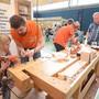 Beim Schreinerbetrieb M. Coray AG aus Däniken konnten die Besucher unter Anleitung der Angestellten eine Holzblume anfertigen. Markus Müller