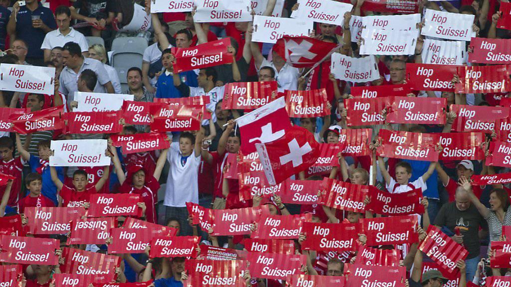 Die Schweizer Fussball-Fans werden beim Besuch der WM-Spiele in Russland von fedpol-Experten begleitet. Diese werden zur Sicherheit rund um die Schweizer Spiele beitragen. (Archivbild)