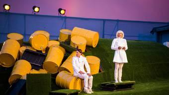 Bastian Blumer (Simon Engeli) und Frau Krähenbühl (Nicole Steiner) besprechen das weitere Vorgehen, nachdem die Abfalltonnen unaufhaltsam das Paradies zerstören.
