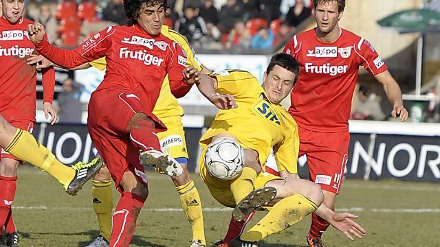 Luzerns Elsad Zverotic verteidigt gegen Thuns Dario Leczano (l.)