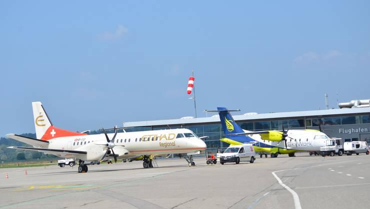Die von Etihad Regional gemietete Saab und eine Skywork-Dornier in Bern-Belp.