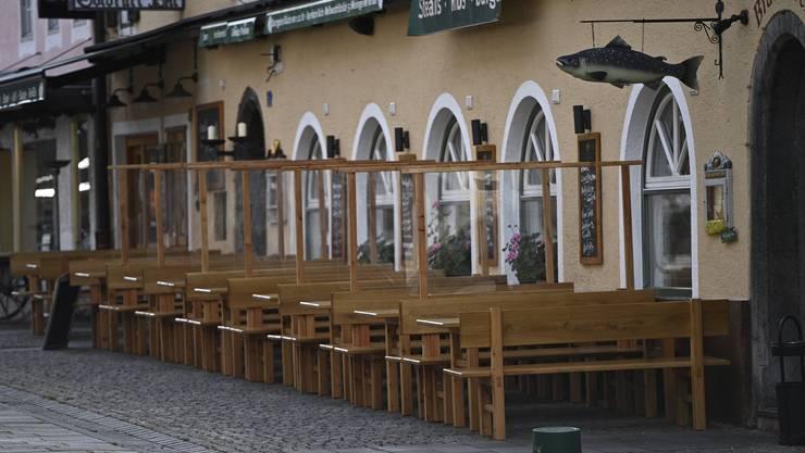 Leere Tische in Berchtesgaden in Bayern. Die Region ist wieder in einem Lockdown.