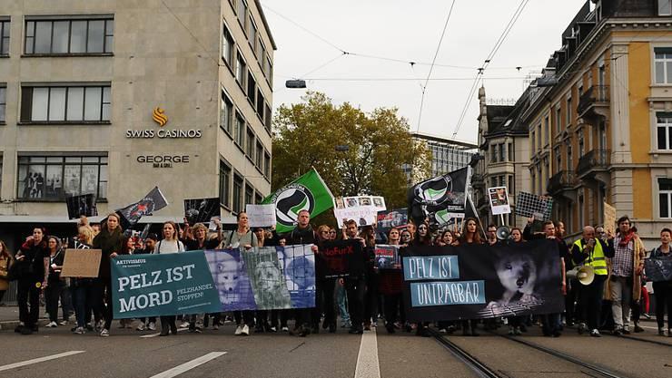 Rund 300 Tierschützer haben am Samstag in Zürich gegen Echtpelz demonstriert und zogen auch durch die Bahnhofstrasse.