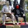 """Protest gegen Machtmissbrauch in Hollywood: Strassenkünstler Plastic Jesus mit seiner """"Casting Couch"""" und einem Abbild von Ex-Filmmogul Harvey Weinstein."""