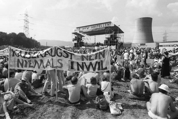 Mehr als 30'000 Menschen nehmen am 22. Juni 1986 an der grössten Anti-AKW Demonstration der Schweiz in Gösgen teil.
