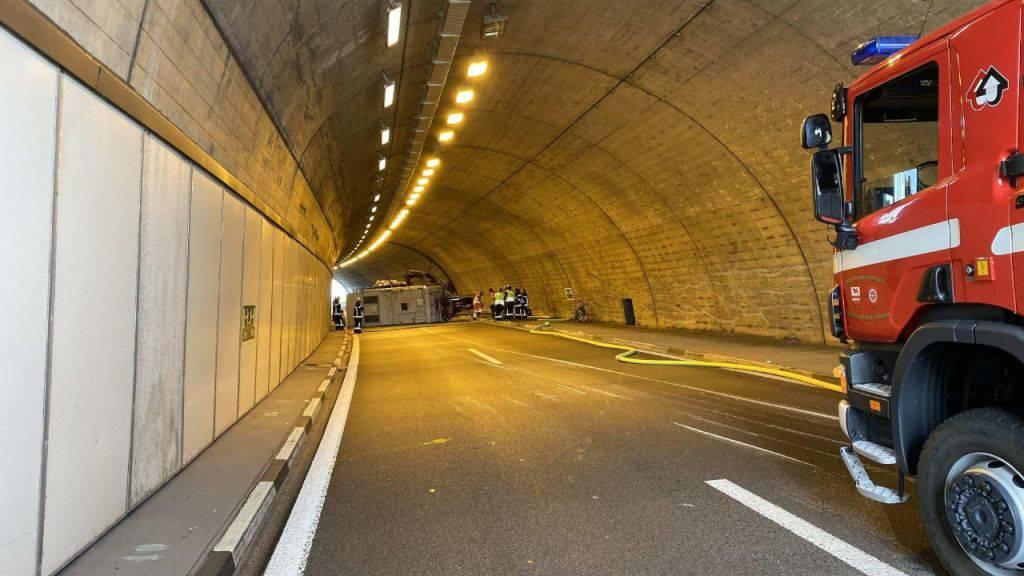 Wohnmobil verunfallt in A12-Tunnel - Autobahn  gesperrt